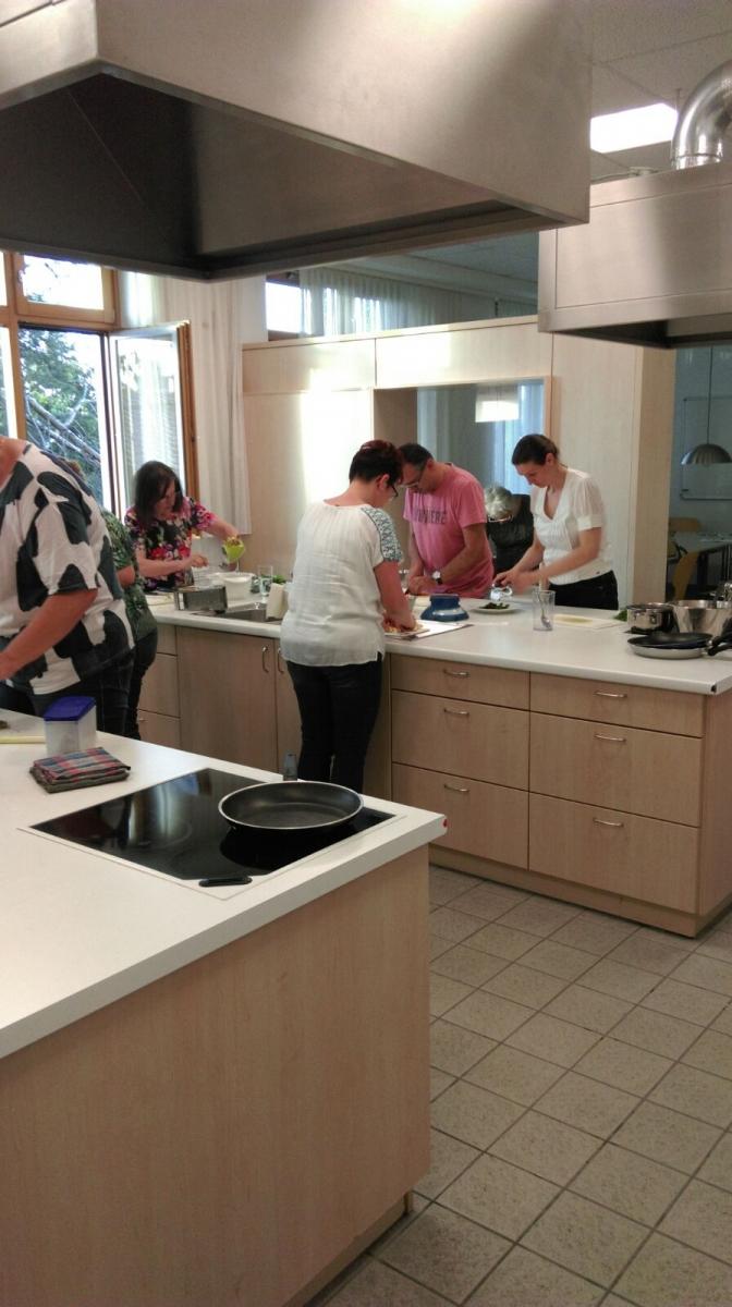 Koch-Workshop: Kochen mit Wildkräutern – Volkshochschule Strasshof | {Koch beim kochen 64}