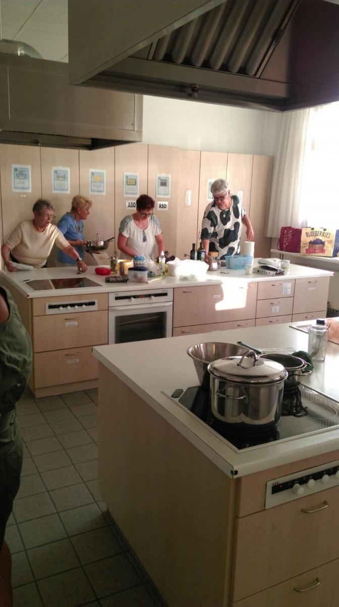 Koch-Workshop: Kochen mit Wildkräutern – Volkshochschule Strasshof | {Koch beim kochen 91}